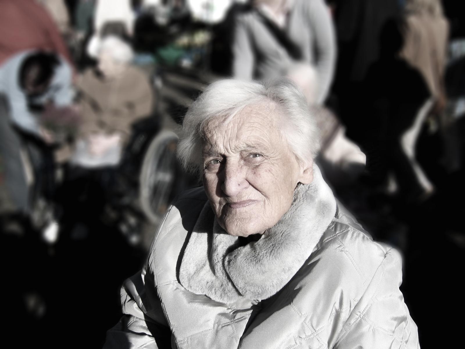 Frau mit Demenz